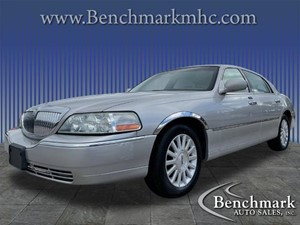 Picture of a 2004 Lincoln Town Car Signature